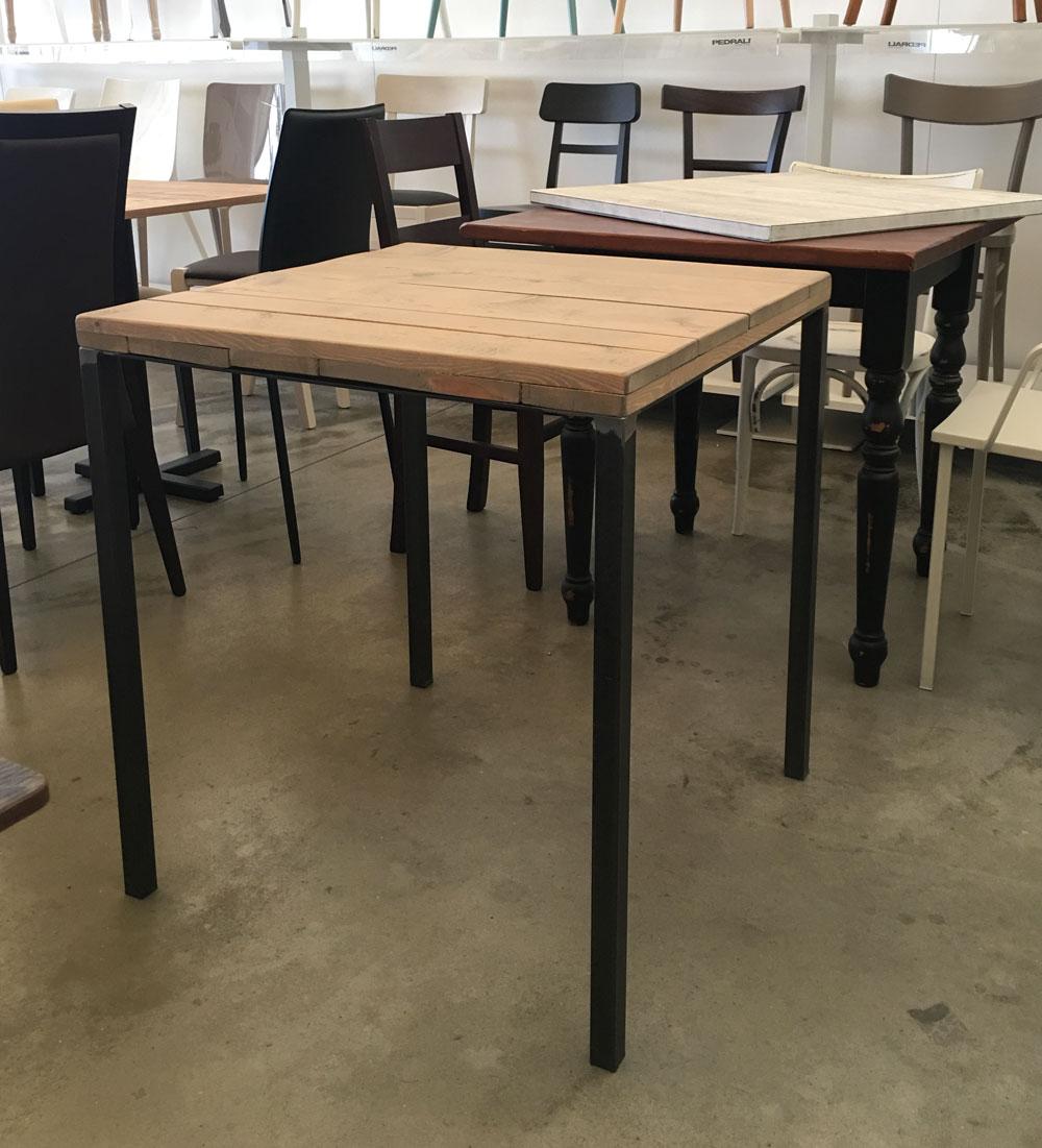 Tavolo stile industriale con quattro gambe in acciaio e for Tavoli in legno e acciaio