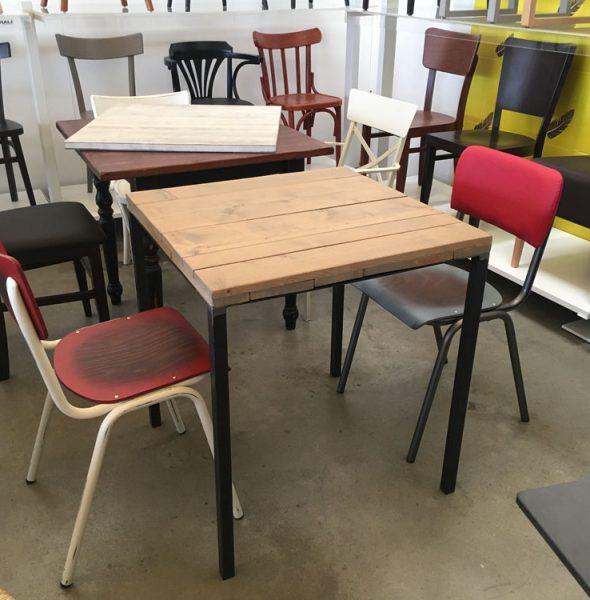 Tavolo stile industriale con quattro gambe in acciaio e piano in legno - Tavolo stile industriale ...