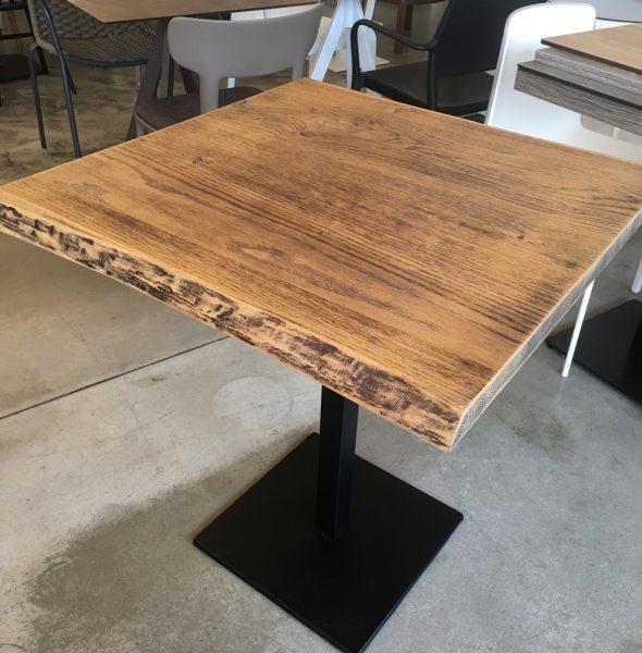 Tavolo Piano Legno Corteccia con Base Centrale in metallo color ruggine.