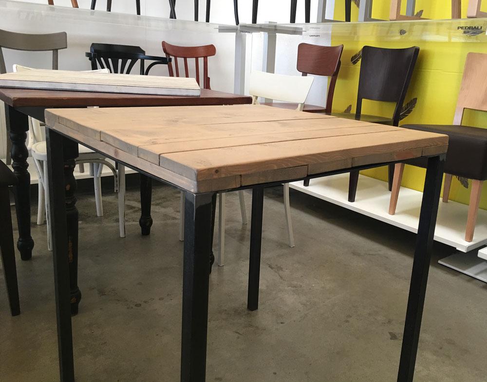 Tavolo Stile Industriale : Tavolo stile industriale con quattro gambe in acciaio e piano in legno.