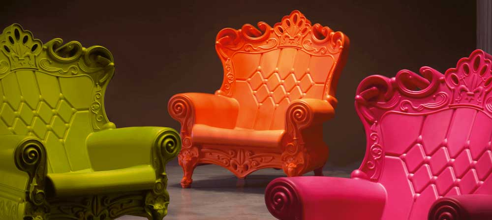 Poltrona Queen of Love Slide in stile barocco in polietilene.